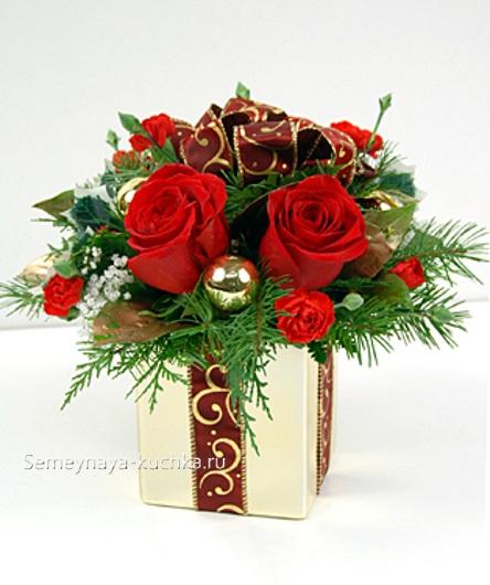 новогодний букет в коробке с розами и лентами