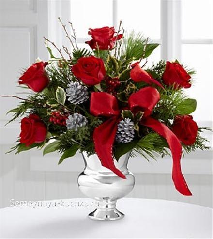 новогодний букет с красными розами в вазе