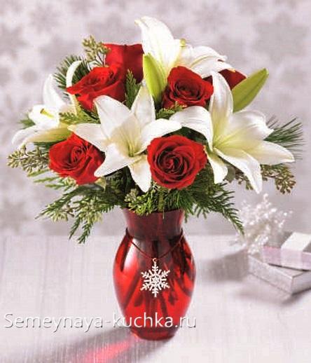 новогодний букет с лилиями и розами
