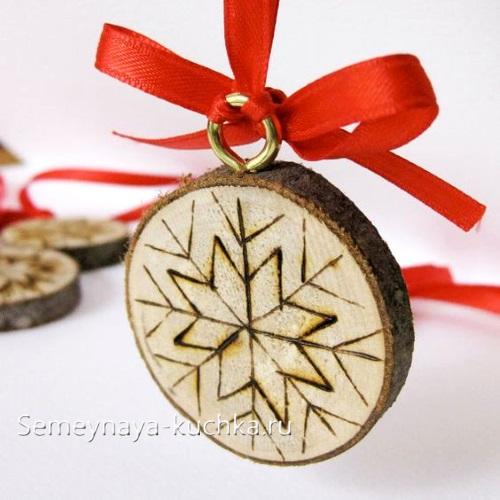новогоднее украшение на елку из дерева
