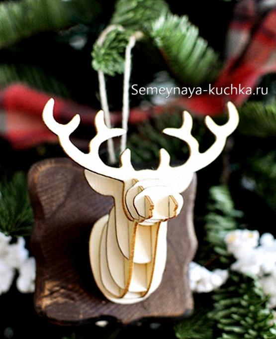 поделка олень новогодний из дерева