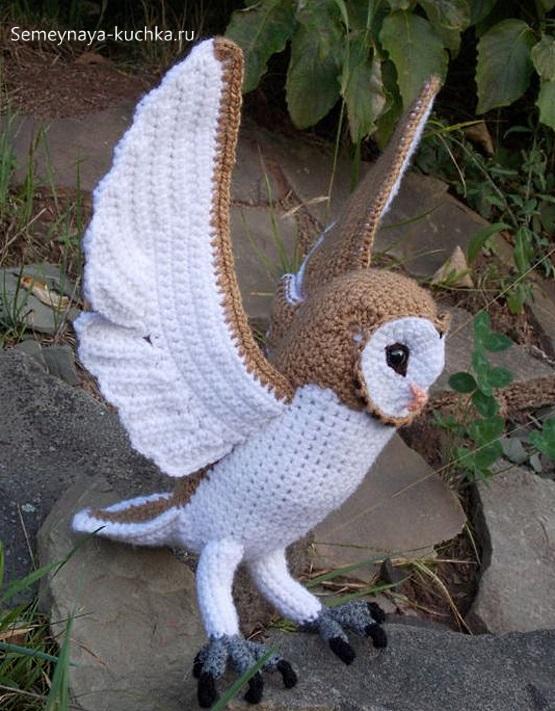сова крючком с широкими крыльями бежевая с белым