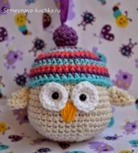 сова крючком в вязаной шапке
