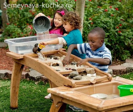 столик для занятий на улице на детской площадке