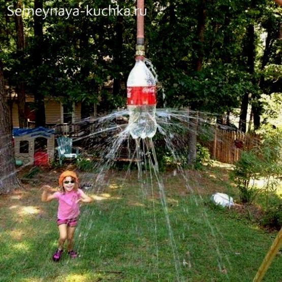 брызгалка душ на детской площадке во дворе