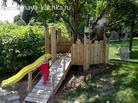 мостик и домик на детской площадке с заборчиком