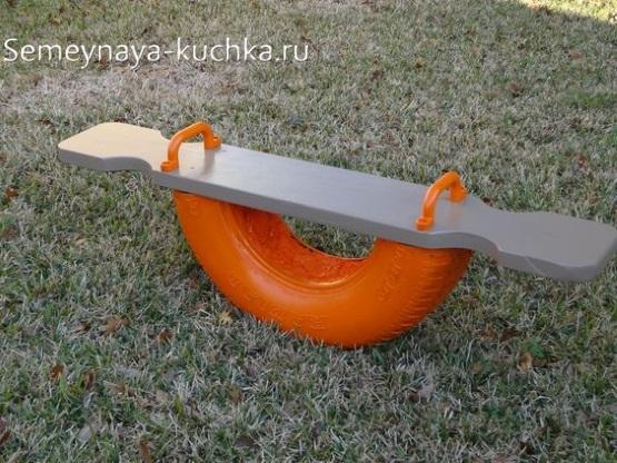 качалка из покрышки и доски для детской площадки своими руками