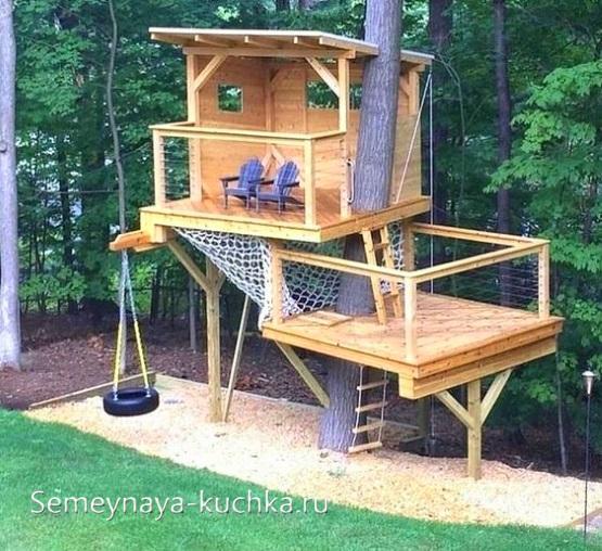 домик на дереве на игровой площадке детям