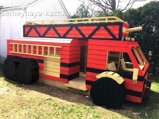 игровое оборудование на детской площадке пожарная машина из дерева