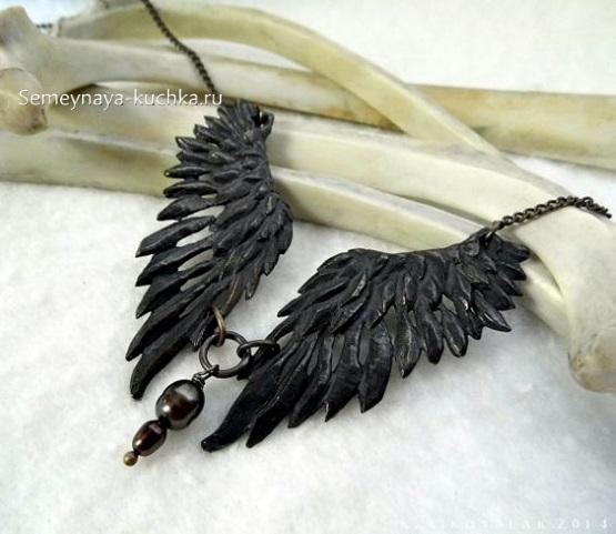 поделка из кожи украшение на шею крылья