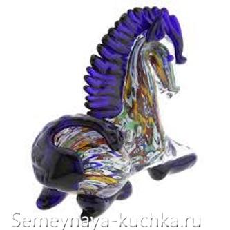 лошадь из разноцветного стекла поделка