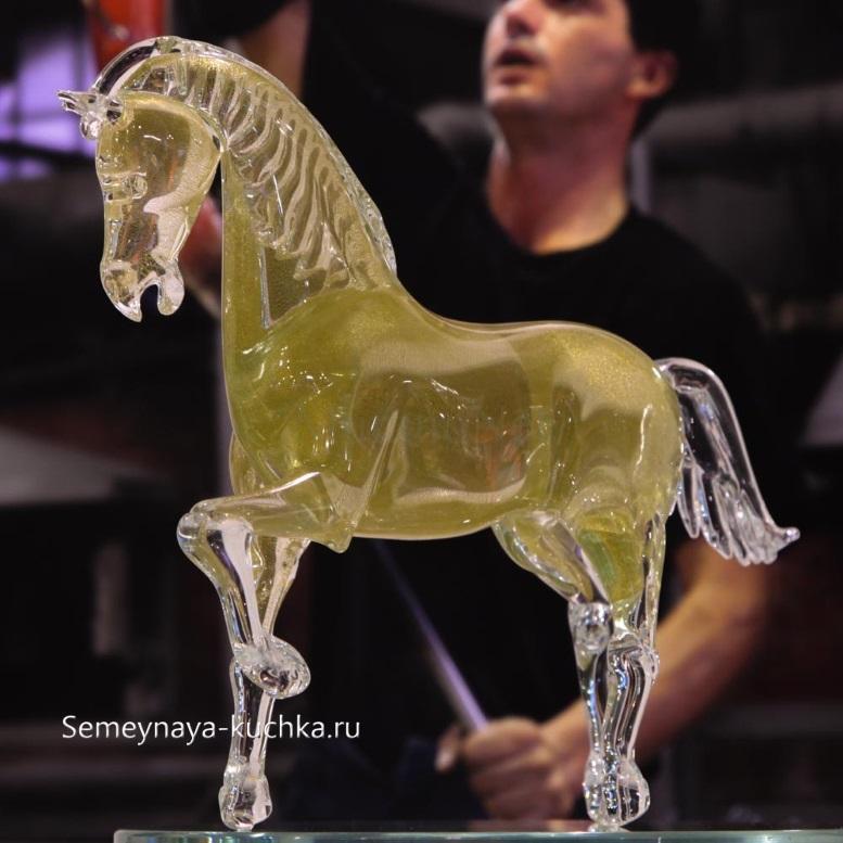 скульптура из стекла лошадь высокая крупная