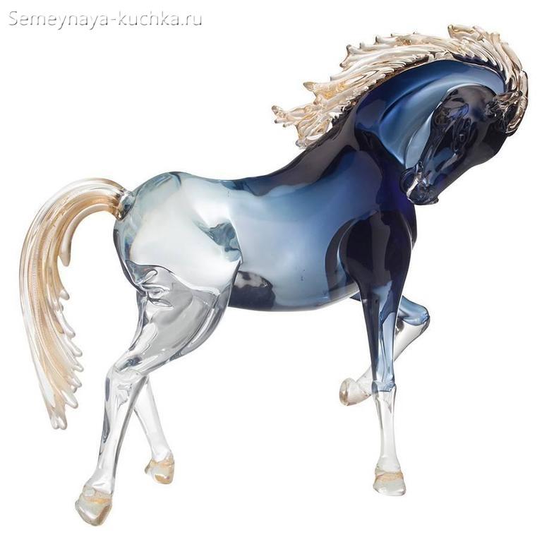 конь из стекла с градиентом цвета омбре Поделки из стекла ручной работы.