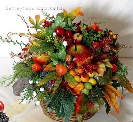 осенний букет с плодами боярышника, шиповника, яблоком, стручками фасоли