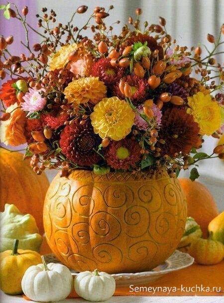 осенний букет с бархатцами, астрами и хризантемами, красными ягодами