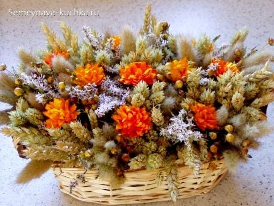 большой осенний букет с полевыми цветами и бессмертником