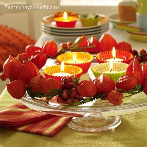 осенняя композиция со свечами и цветами физалиса