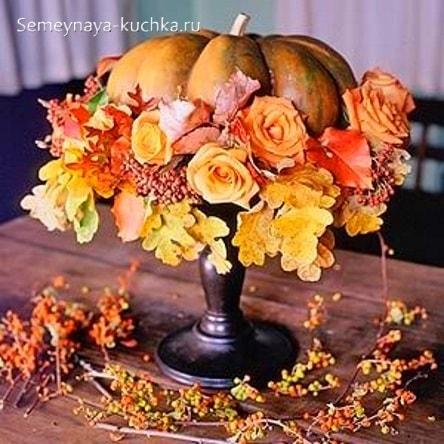 композиция букет из тыквы, цветов и листьев